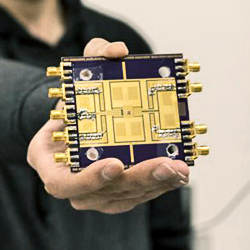 The millimeter-wave/terahertz phased array chip.